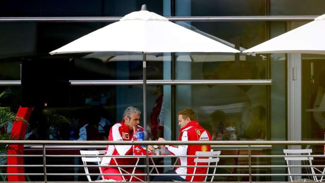 Ins Gespräch vertieft: Sebastian Vettel (r) und Ferraris Teamchef Maurizio Arrivabene. Foto: Diego Azubel