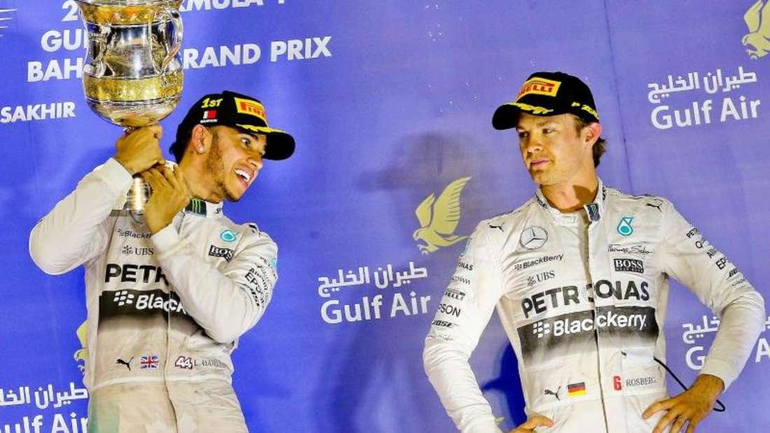 Sehr zurückhaltend verfolgt Nico Rosberg den Jubel seines Teamkollegen Lewis Hamilton. Foto: Srdjan Suki