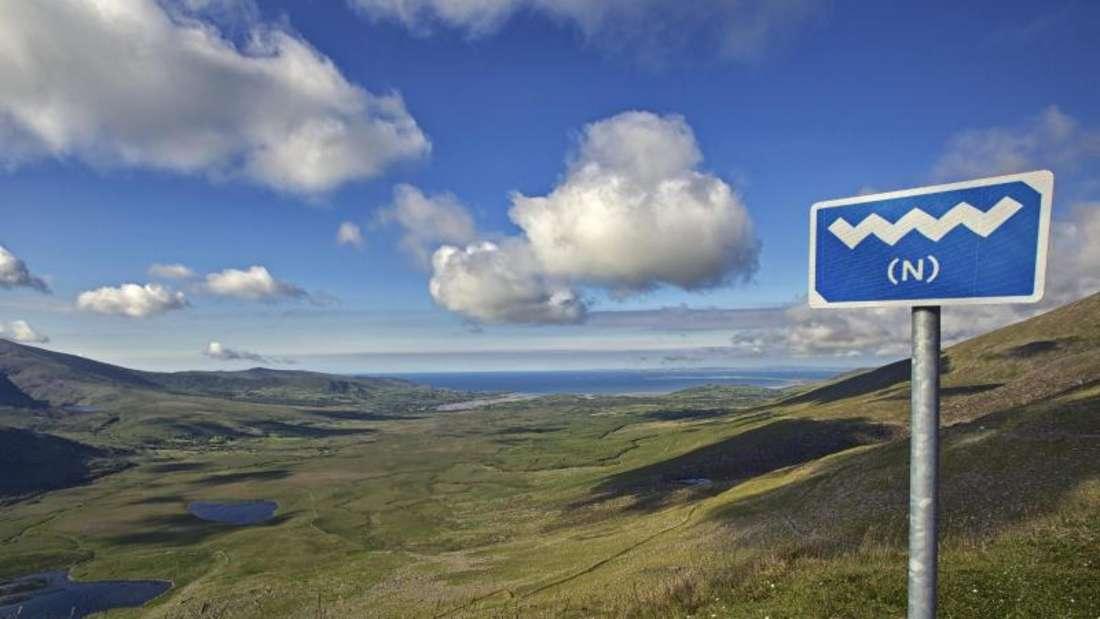 Immer dem blau-weißen Schild folgen! Der Wild Atlantic Way führt über 2500 Kilometer an der Westküste Irlands entlang. Foto:Tourism Ireland/Lukasz Warzecha
