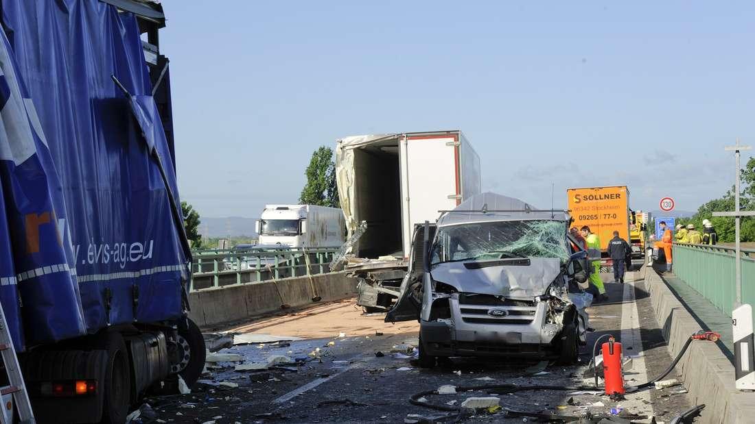 Schwerverletzte bei einem Unfall mit mehreren Lkw und einem Transporter auf der Rheinbrücke der A6.