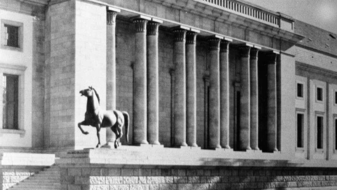 """Zwei """"Schreitende Pferde"""" von Hitlers Reichskanzlei fand die Polizei jetzt in Bad Dürkheim."""