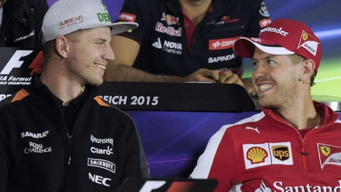 Nico Hülkenberg (l) zeigt sich bei der Pressekonferenz neben Sebastian Vettel bester Laune. Foto: Hans Klaus Techt