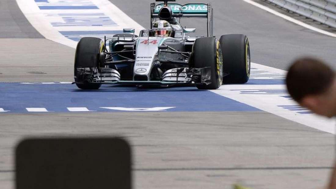 Lewis Hamilton fährt während des Trainings an die Box. Foto: Hans Klaus Techt