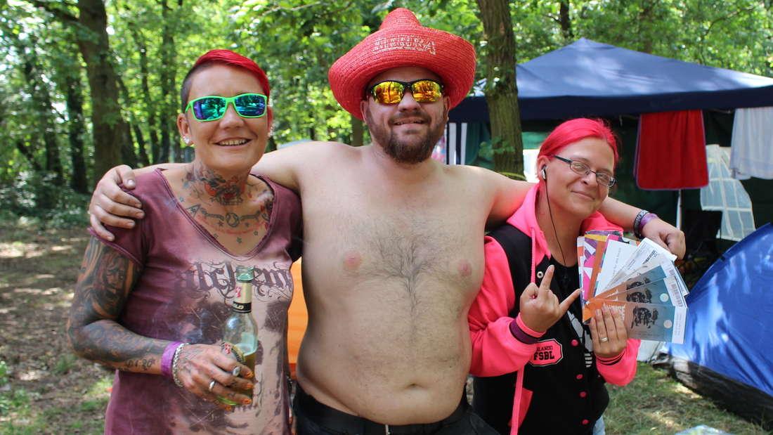 Fröhliche Fans der Rock-Band Böhse Onkelz vor dem Konzert auf dem Hockenheimring.