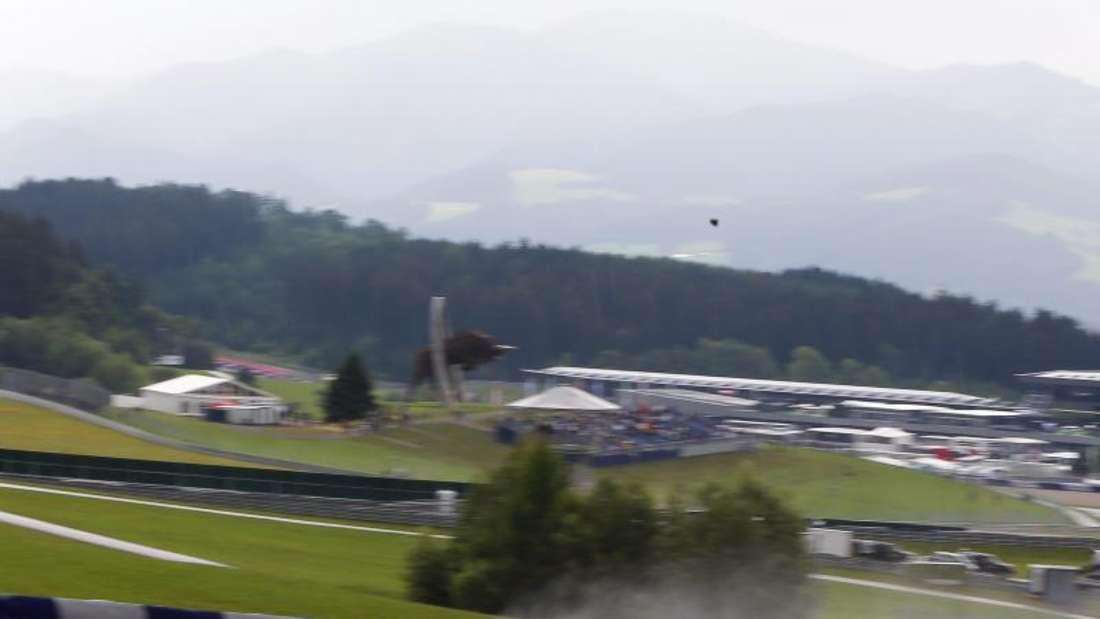Jenson Button muss während des Rennens sogar Zeitstrafen durchführen. Foto: Valdrin Xhemaj