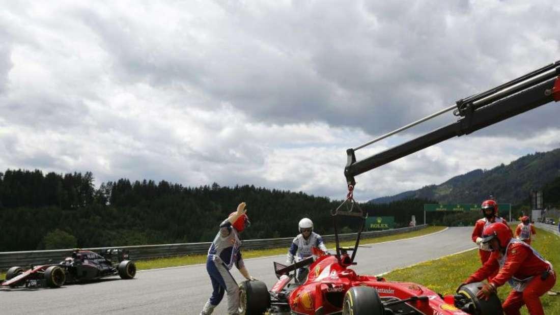 Der Ferrari musste an den Haken, Kimi Räikkönenkonnte den Unfallort ohne Hilfe verlassen. Foto:Erwin Scheriau