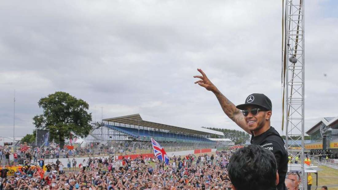 Lewis Hamilton lässt sich in Silverstone von den Fans als Sieger feiern. Foto: Valdrin Xhemaj