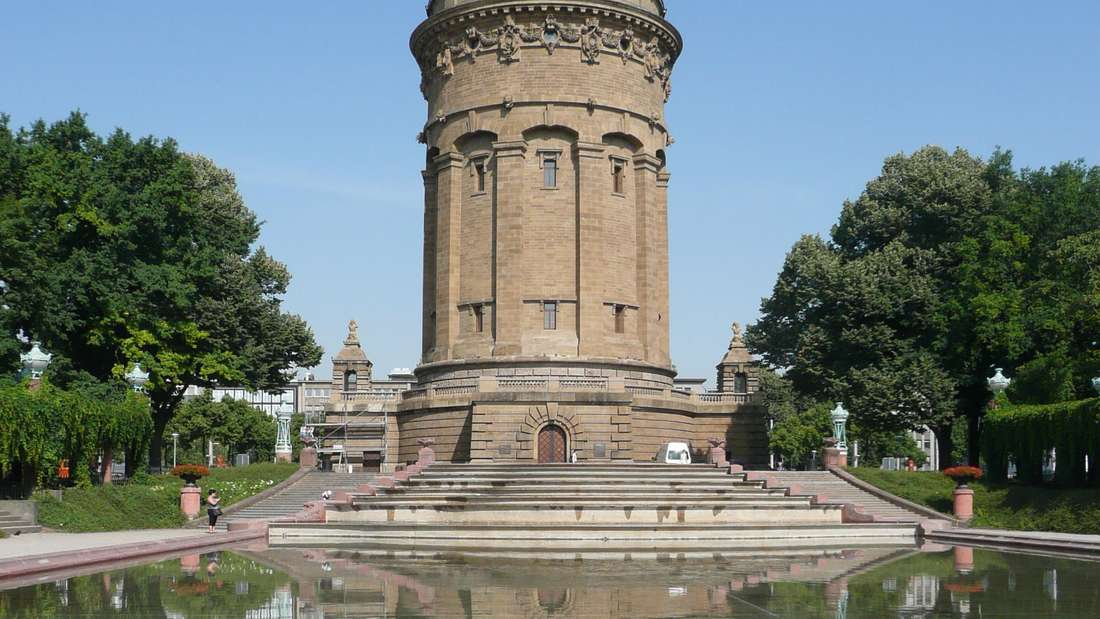 Die MVV Energie reinigt turnusgemäß Becken und Fontänenanlage am Wasserturm.