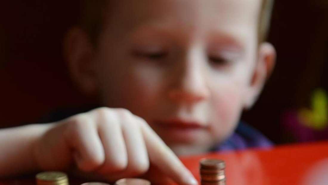 Kinder inDeutschland bekommen immer weniger Taschengeld - dieser kleine Junge zählt seine Cent-Stücke. Foto: Jens Kalaene/Archiv