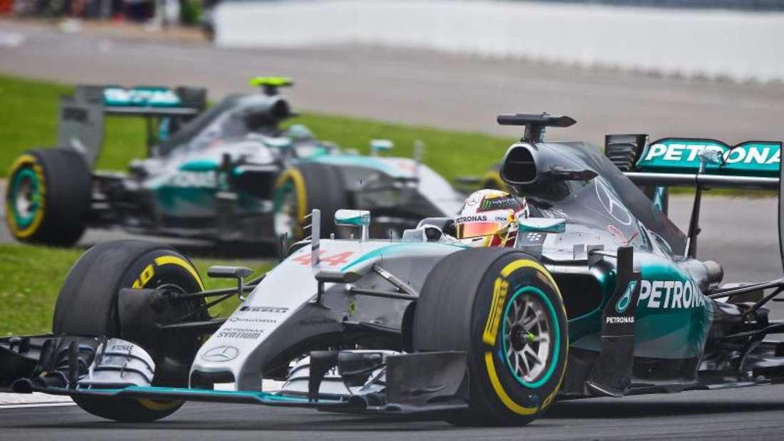 Lewis Hamilton und Nico Rosberg eilen den Ferrari-Piloten meist voraus. Foto: Andre Pichette