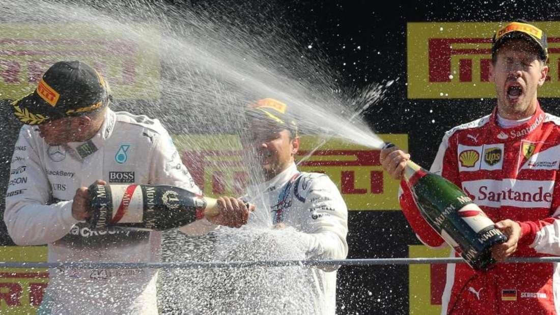 Die Champagnerdusche auf dem Podium ist ein Muss. Foto: Daniel Dal Zennaro