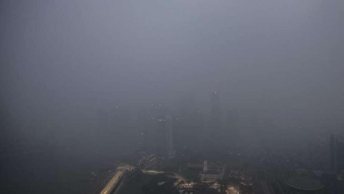In Singapur hängt weiter der Smog. Foto: Wallace Woon