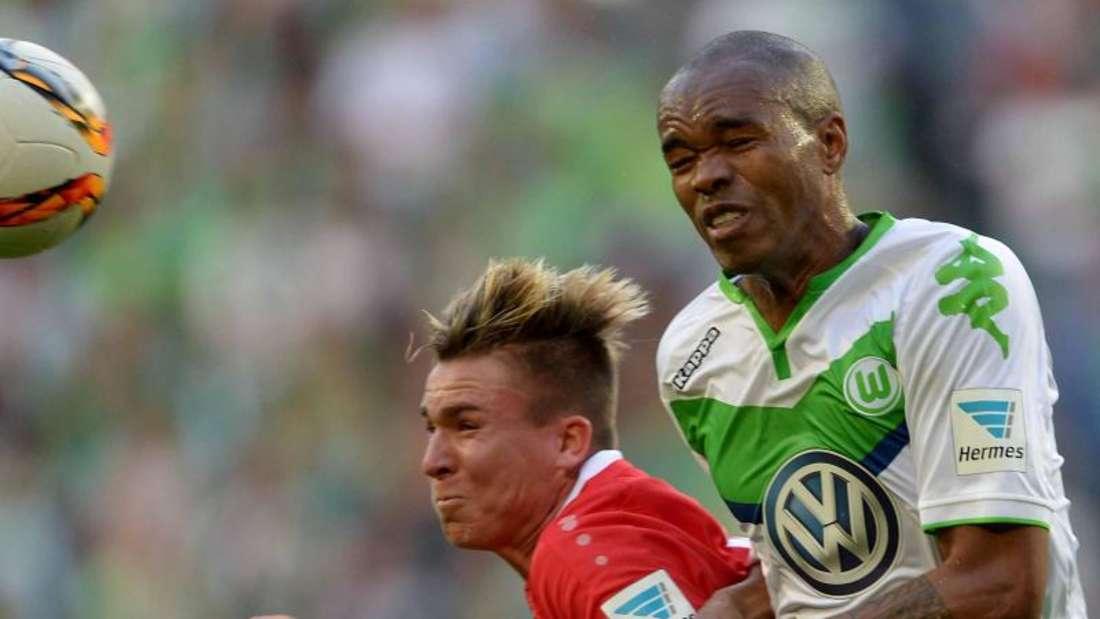 Naldo (r) und der VfL Wolfsburg mussten sich im Derby gegen Hannover mit einem Punkt begnügen. Foto: Peter Steffen