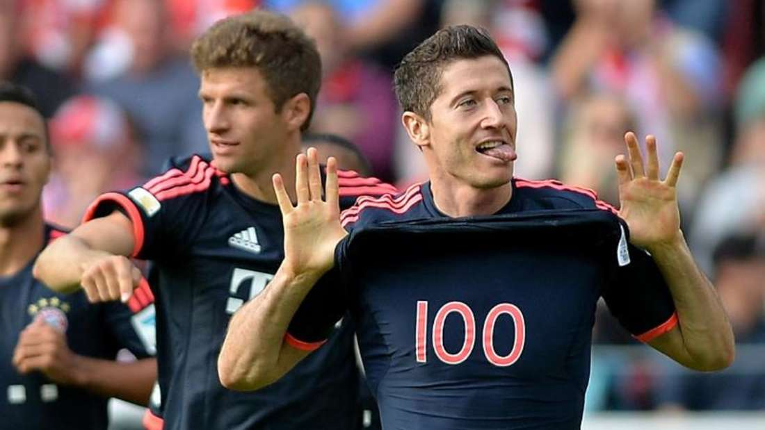 Robert Lewandowski (r) freut sich im Spiel gegen Mainz über sein 100. Bundesligator. Foto: Torsten Silz