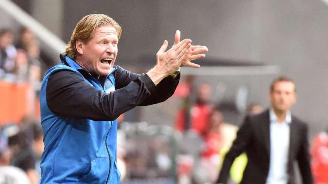 Hoffenheims Trainer Markus Gisdol (l) konnte in Augsburg den ersten Saisonsieg seines Teams beklatschen. Foto: Stefan Puchner