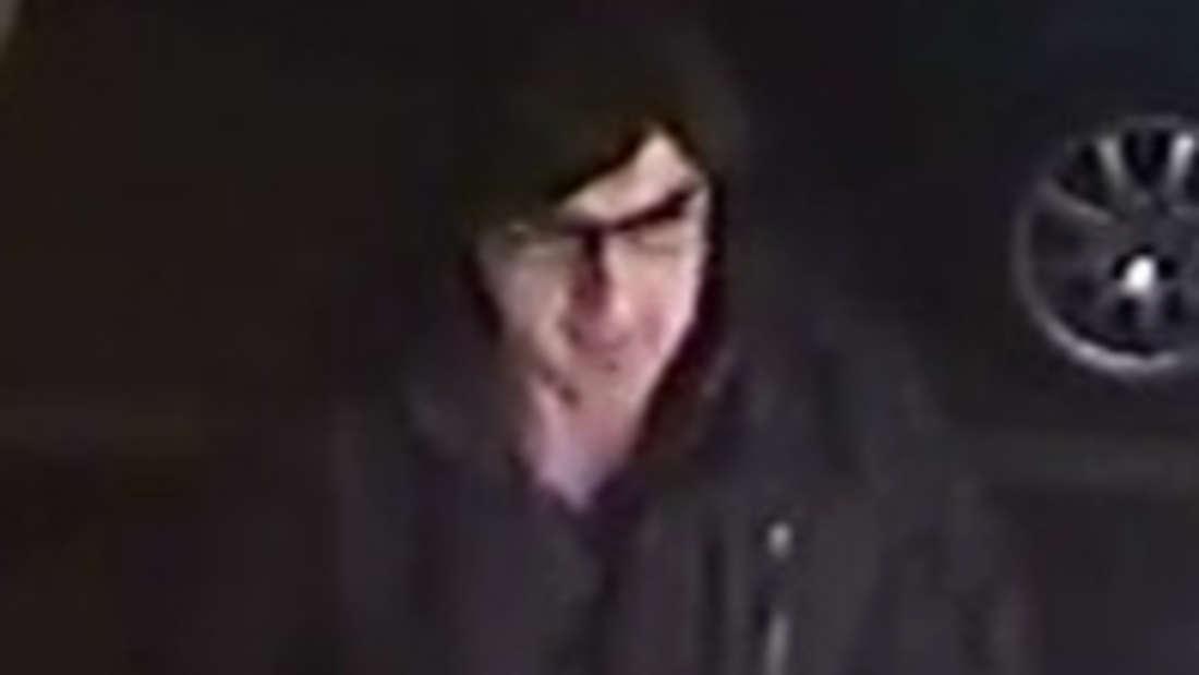 Mit diesen Aufnahmen einer Überwachungskamera wurde nach dem Täter gesucht.