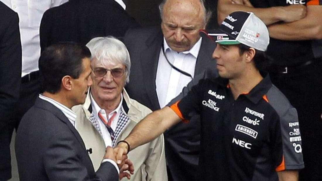 Mexikos Präsident Enrique Pena Nieto mit Fahrer Sergio Perez und Bernie Ecclestone. Foto:Ulises Ruiz Basurto
