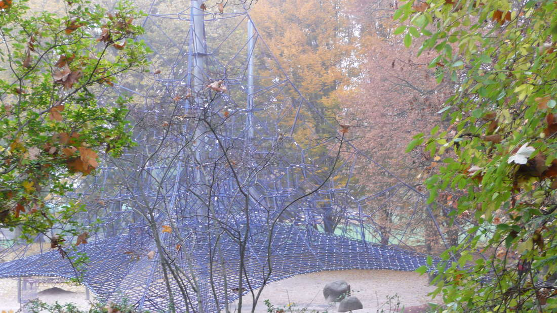 Nach dem Camaro-Crash ist der Metallzaun am Herzogenriedpark nur notdürftig geflickt.