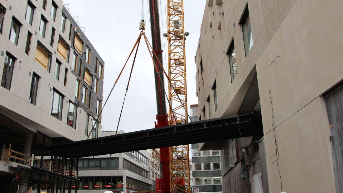 Die Montage der Verbindungsbrücke zwischen den Gebäuden Q6 und Q7.