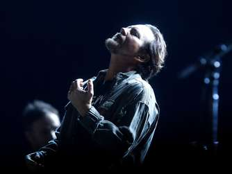 epa05011529 US singer Eddie Vedder of the rock band Pearl Jam performs on stage during their concert as part of the tour 'Pearl Jam 2015 Latin America Tour' around Latin America, at the Julio Martinez National Stadium in Santiago de Chile, Chile, 04 November 2015. EPA/SEBASTIAN SILVA +++(c) dpa - Bildfunk+++