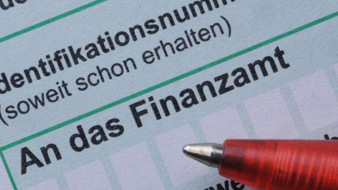 Das soll künftig einfacher werden: Die Bürger brauchen künftig bei einer elektronischen Steuererklärung dem Finanzamt in der Regel keine Belege mehr vorzulegen. Foto: Armin Weigel/Archiv