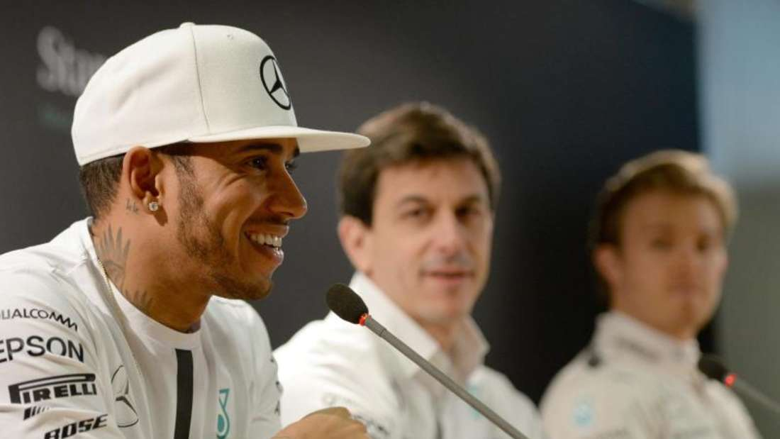 Mercedes-Motorsportchef Toto Wolff (M) mit seinen Fahrern Lewis Hamilton (l) und Nico Rosberg.