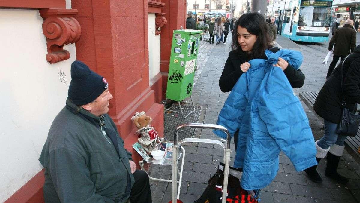 mannheim mannheimer wichtel auf tour durch die innenstadt um obdachlosen zu helfen mannheim. Black Bedroom Furniture Sets. Home Design Ideas