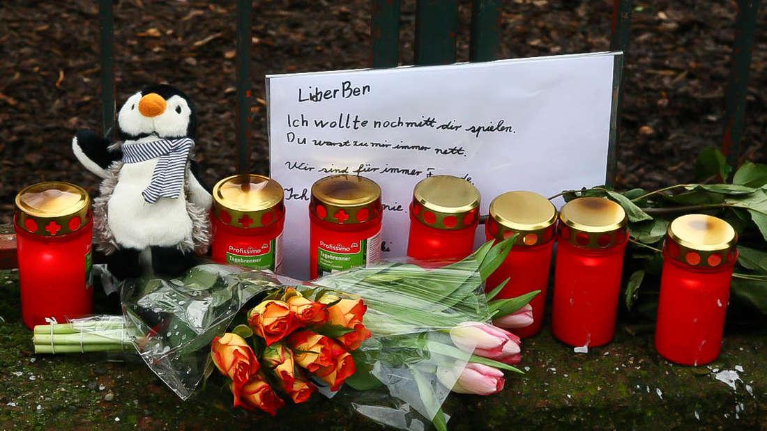 Neunjähriger stirbt bei Unfall: Blumen, Kerzen und Erinnerung an Unglücksstelle.