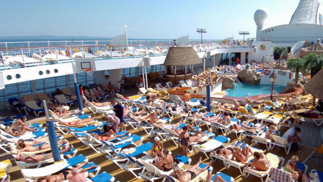Spaß am Pool auf dem Kreuzfahrtschiff: Beugen Sie Ihre Seekrankheit vor.