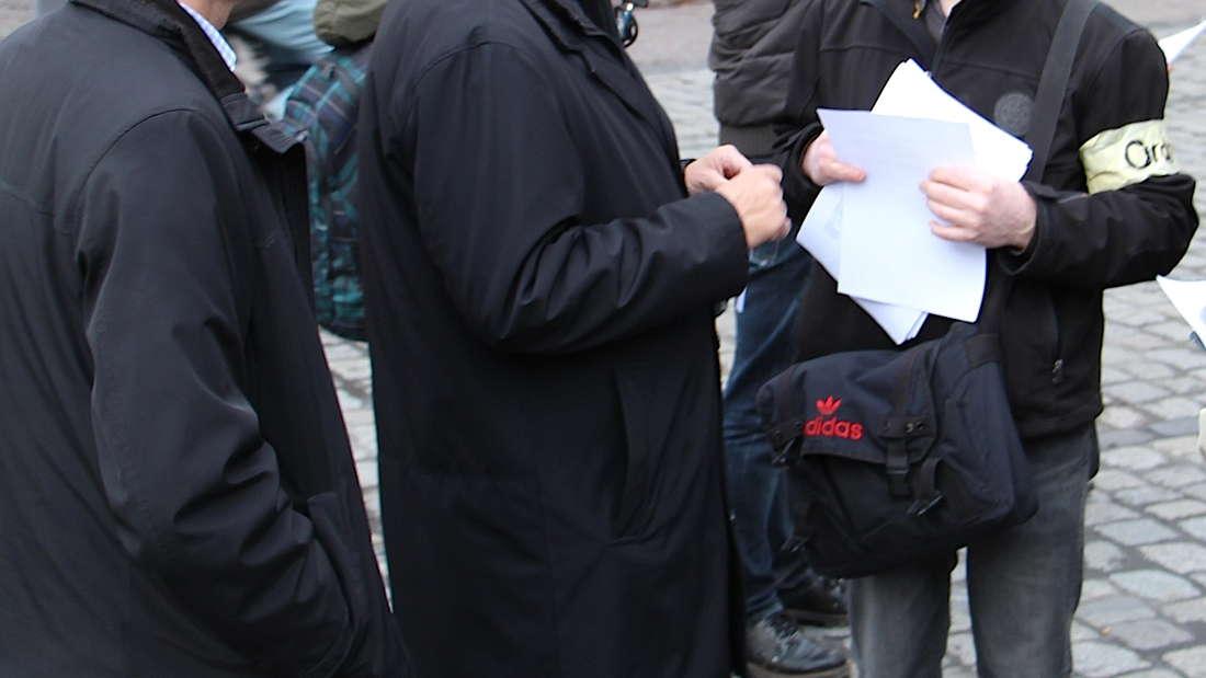 BürgermeisterWolfgang Erichson im Gespräch mit Demo-Mitinitiator Hans-Peter Gruber.