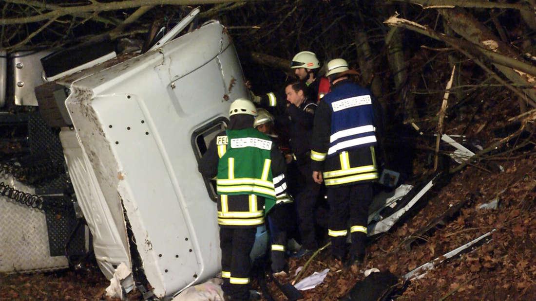 Die B9 ist nach einem Lkw-Unfall bei Germersheim bis in die frühen Freitagmorgenstunden gesperrt.