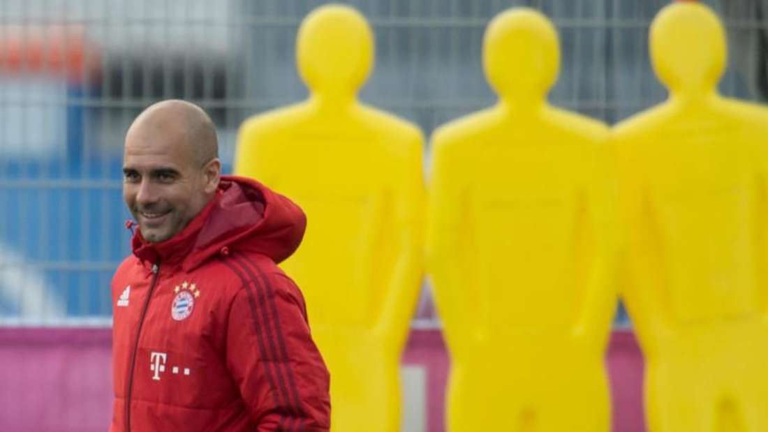 Bayern-Coach Trainer Pep Guardiola erhält Rückendeckung von Karl-Heinz Rummenigge. Foto: Peter Kneffel