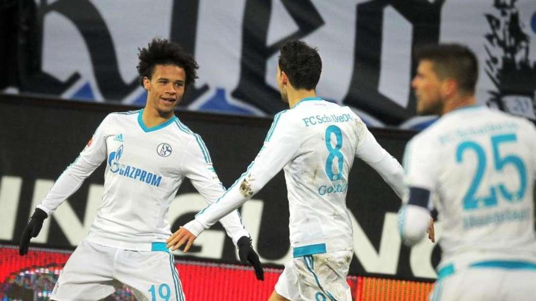 Leroy Sane (l) traf beim Sieg der Schalker in Darmstadt. Foto: Fredrik von Erichsen