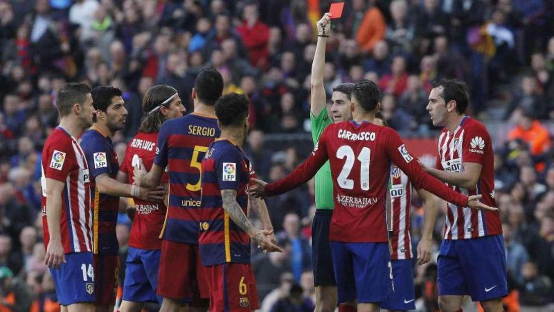 Schiedsrichter Undiano Mallenco zeigt Verteidiger Filipe Luis (3.v.l.) von Atletico Madrid rot. Foto: Marta Perez