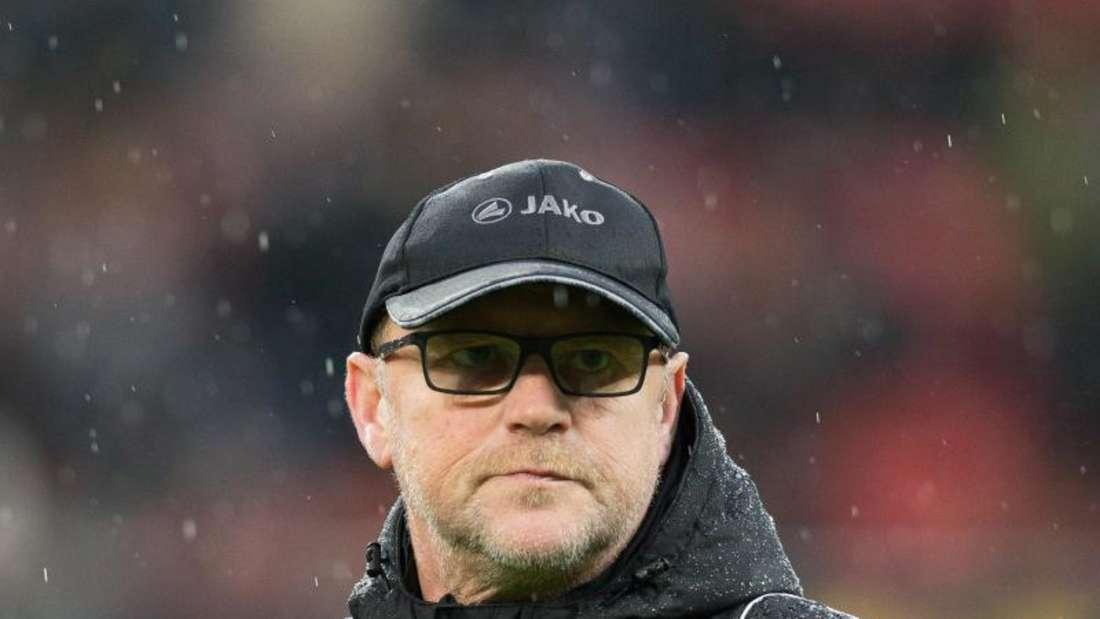 Hannovers Trainer Thomas Schaaf versucht Zuversicht zu zeigen. Foto: Maja Hitij