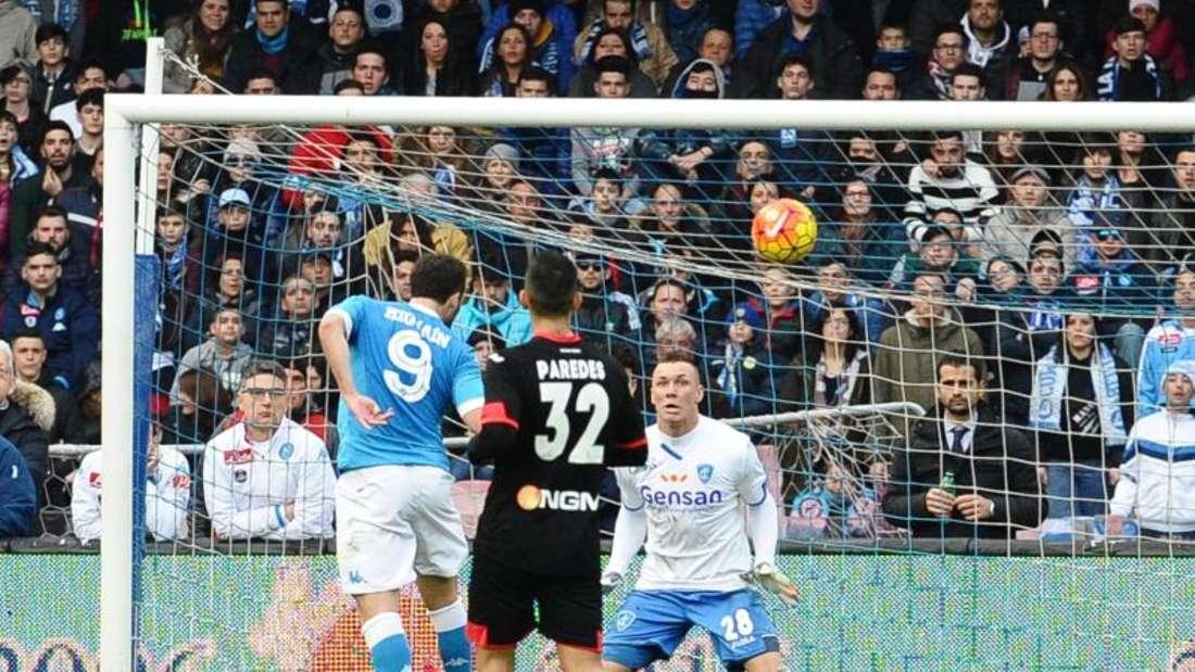 Gonzalo Higuain (l) köpft zum 1:0 für Neapel im Spiel gegen Empoli ein. Foto: Ciro Fusco