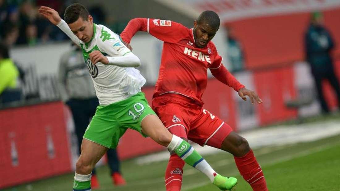 Der Wolfsburger Julian Draxler (l) und Kölns Anthony Modeste kämpfen um den Ball. Foto: Peter Steffen