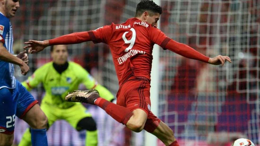 Robert Lewandowski (r) sorgt für den Treffer zur 1:0-Führung der Münchner und erzielte auch das 2:0. Foto: Andreas Gebert