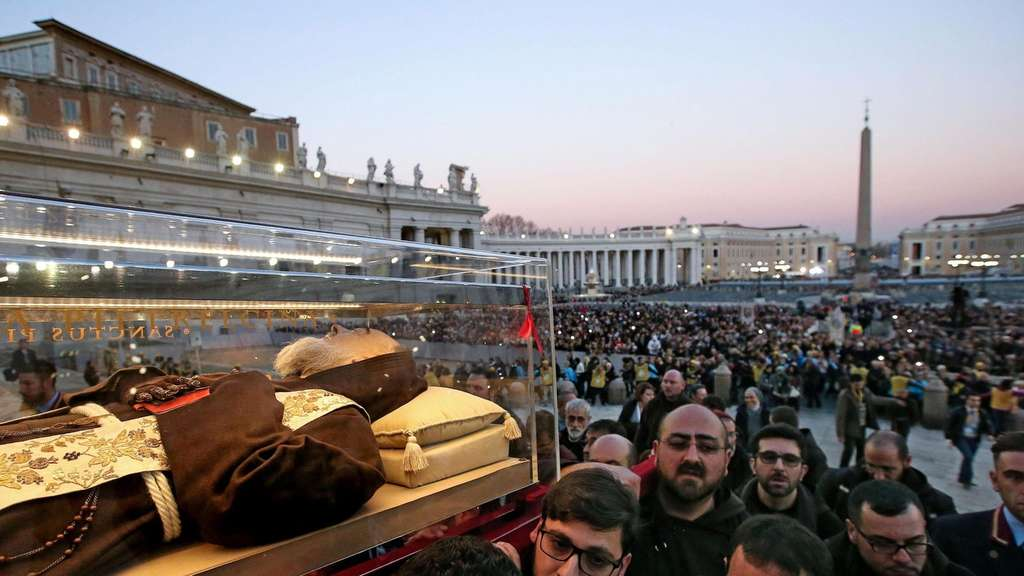 epaselect epa05144975 The remains of Saint Pio, better known as Padre Pio, is carried to Saint Peter&#39s Basilica at the Vatican City, Rome, Italy, 05 February 2016. The reliquary, containing the saintly friar&#39s body of San Lorenzo fuori le Mura, arrived the previous day from his home town of Petralcina. EPA/ALESSANDRO DI MEO +++(c) dpa - Bildfunk+++