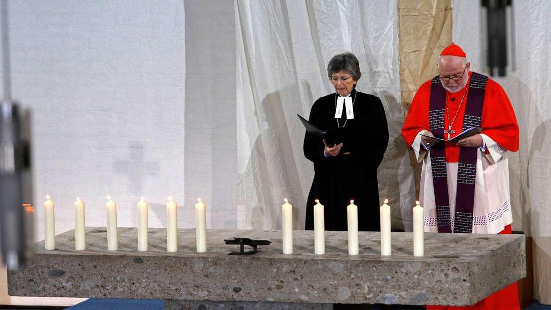 Kardinal Reinhard Marx und Regionalbischöfin Susanne Breit-Keßler, die Ständige Vertreterin des Landesbischofs, sprechen bei einem ökumenischen Gottesdienst für die Angehörigen der Opfer eines Zugunfalls und die Rettungs- und Hilfskräfte, am 14.02.2016 in Bad Aibling (Bayern). Foto: Uwe Lein/dpa +++(c) dpa - Bildfunk+++