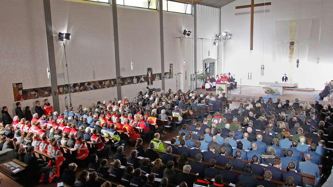 Angehörige und Mitglieder von Rettungsdiensten nehmen am 14.02.2016 in Bad Aibling (Bayern) an einem ökumenischen Gottesdienst für die Angehörigen der Opfer eines Zugunglückes und für die Rettungs- und Hilfskräfte teil (Recrop). Foto: Uwe Lein/dpa +++(c) dpa - Bildfunk+++
