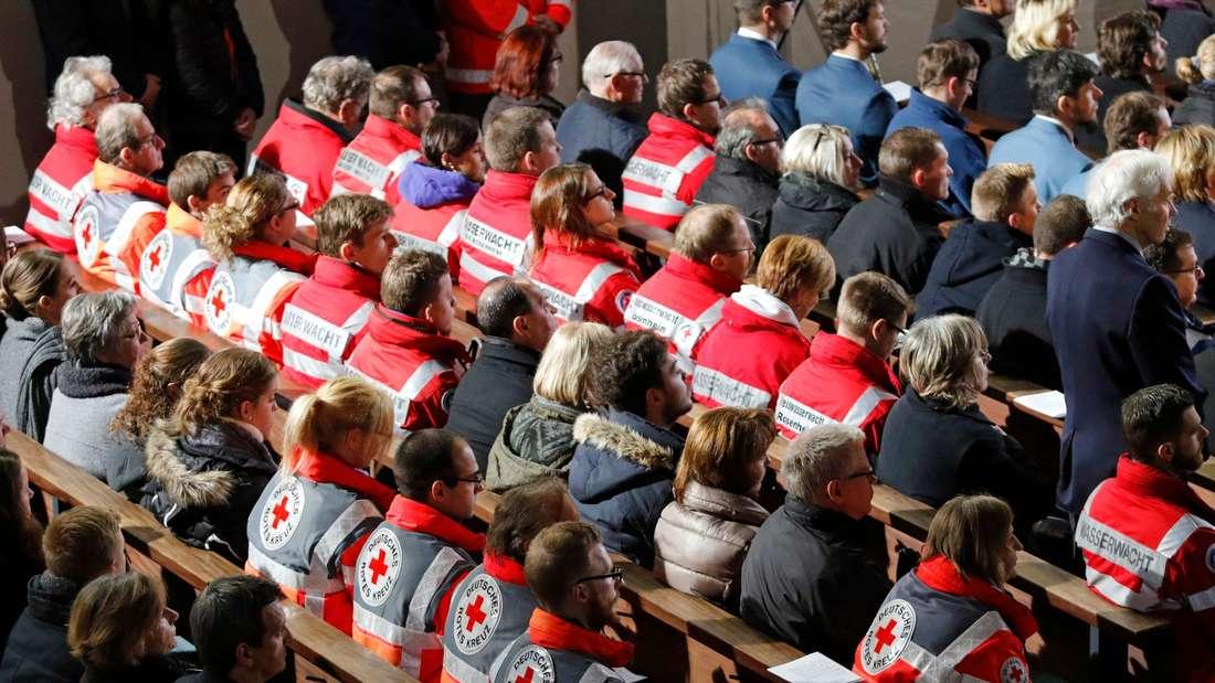 Mitglieder von Rettungsdiensten nehmen am 14.02.2016 in Bad Aibling (Bayern) an einem ökumenischen Gottesdienst für die Angehörigen der Opfer eines Zugunglückes und für die Rettungs- und Hilfskräfte teil. Foto: UWE LEIN/dpa +++(c) dpa - Bildfunk+++