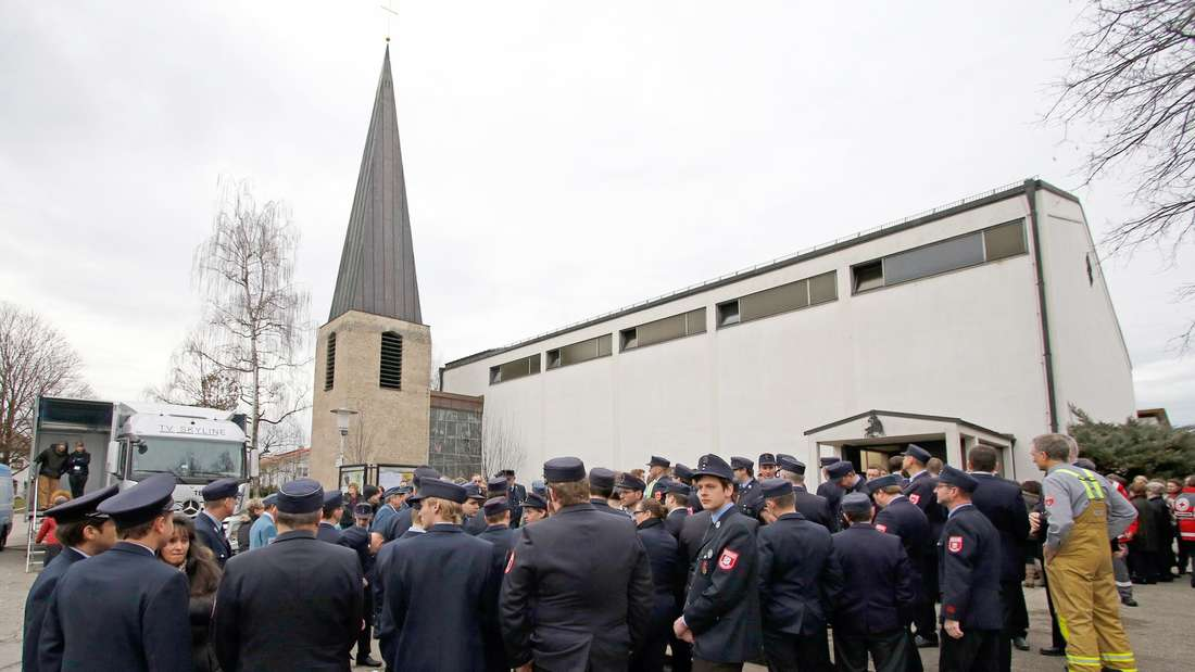 Feuerewehrleute stehen vor Beginn eines ökumenischen Gottesdienstes für die Angehörigen der Opfer eines Zugunfalls und die Rettungs- und Hilfskräfte am 14.02.2016 in Bad Aibling (Bayern) vor der Kirche Sankt Georg. Foto: Uwe Lein/dpa +++(c) dpa - Bildfunk+++