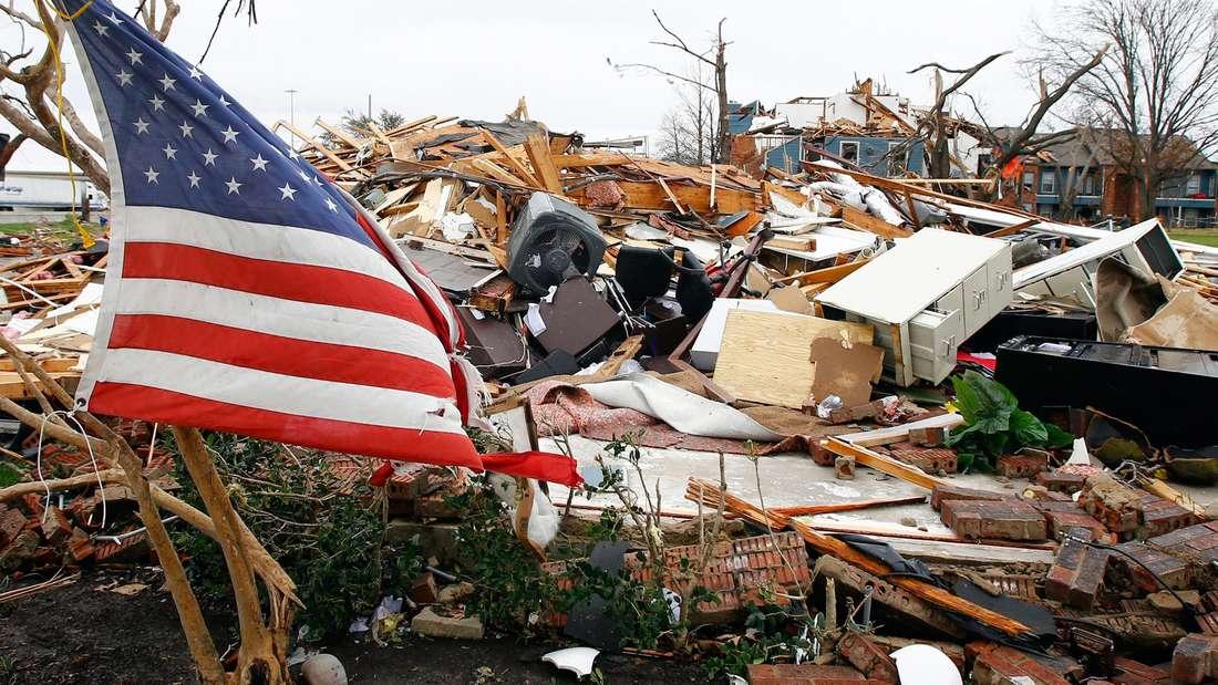 Eine US-Flagge weht über dem, was mal ein Haus im texanischen Garland war.