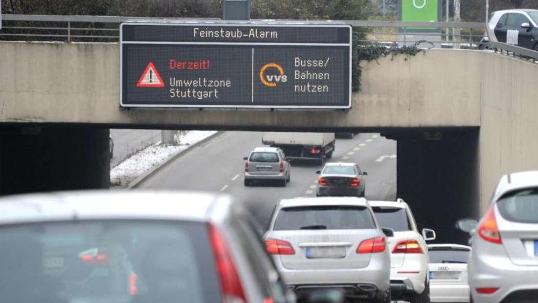 «Feinstaub Alarm» für die Umweltzone Stuttgart. Foto: Bernd Weißbrod/Illustration