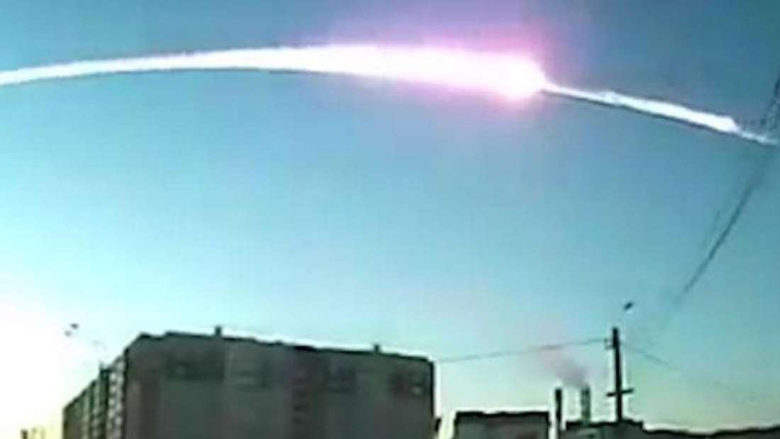Meteoriteneinschlag im russischen Tscheljabinsk:Der wohl größte Meteorit seit dem spektakulären Absturz eines Meteoriten in Russland vor drei Jahren ist nahezu unbemerkt über dem Atlantik explodiert.
