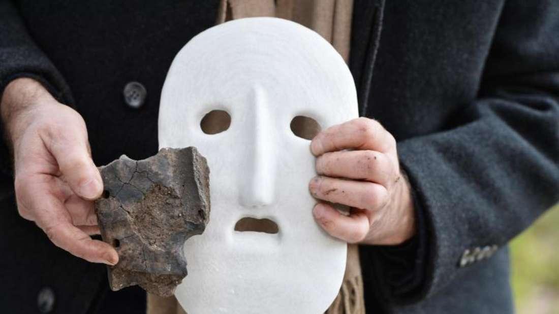 So hat das Original vermutlich ausgesehen: Ein Teil einer jungsteinzeitliche Maske und ihre weiße Nachbildung. Foto: Felix Kästle