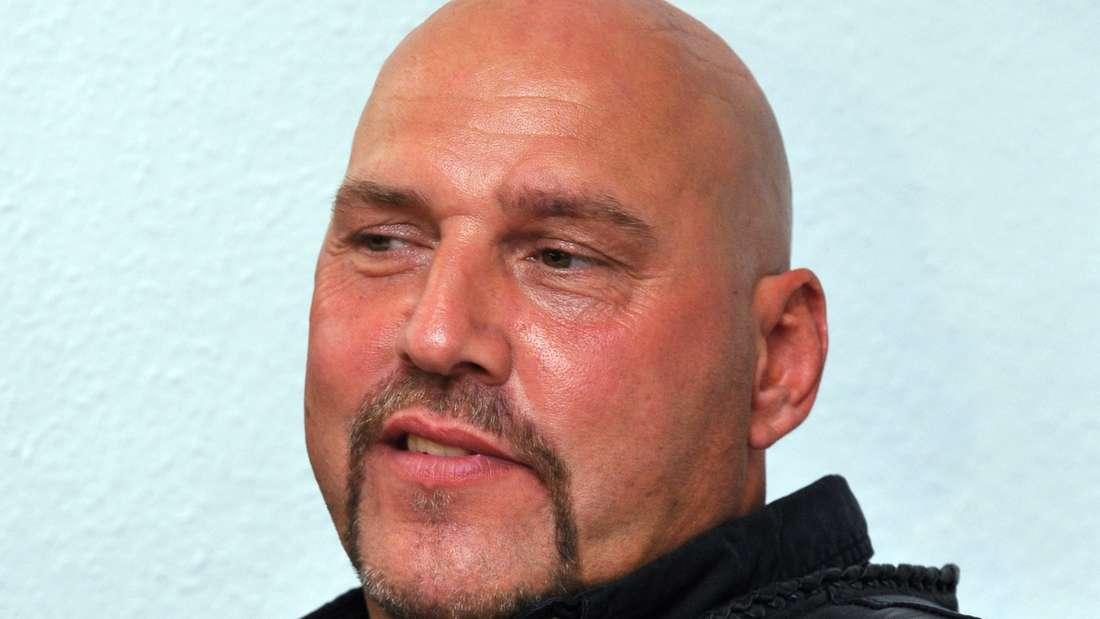 """ARCHIV - Hannovers Hells Angels Chef Frank Hanebuth sitzt am 26.05.2010 in einer Anwaltskanzlei in Hannover (Nierdersachsen). Auch sieben Monate nach der Entlassung aus der Untersuchungshaft in Spanien wartet der ehemalige Rocker-Boss Frank Hanebuth weiter auf eine Anklage. Foto: Jochen Lübke/dpa (zu lni """"Ex-Rockerchef Hanebuth wartet in Spanien weiter auf Anklage"""" vom 25.02.2016) +++(c) dpa - Bildfunk+++"""