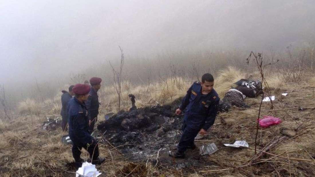 Bergungskräfte am Ort des Unglücks in der Berglandschaft Nepals. Foto: Santosh Gautam