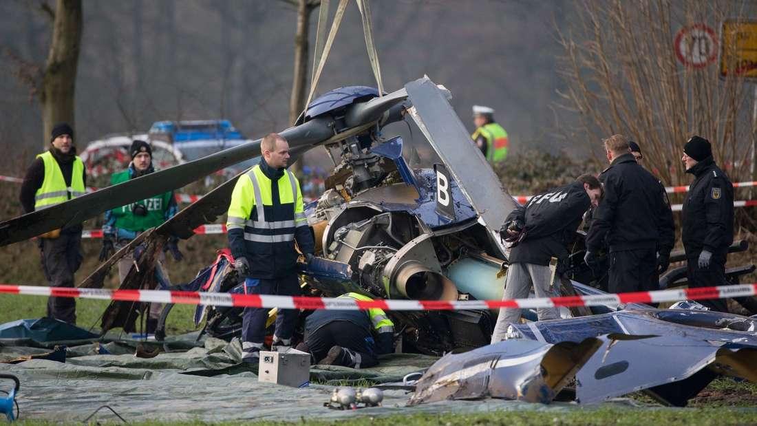Mitarbeiter der Bundespolizei und der Bundesstelle für Flugunfalluntersuchung (BFU) untersuchen das Wrack des abgestürzten Hubschraubers.